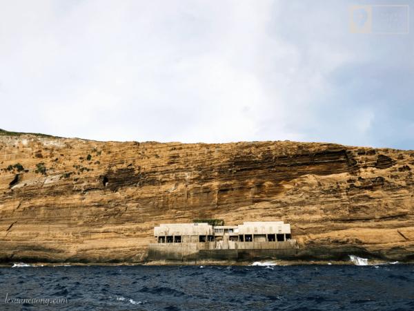Khối nhà ở, nơi ở của các cán bộ ở Hòn Hải. Trông xa như 1 lô cốt đầy vững chãi.
