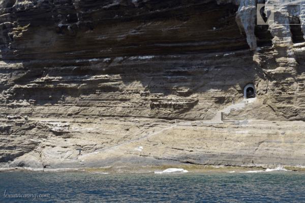 Đường hầm để lên Hòn Hải, nằm giữa lưng chừng khối đá khổng lồ Hòn Hải.