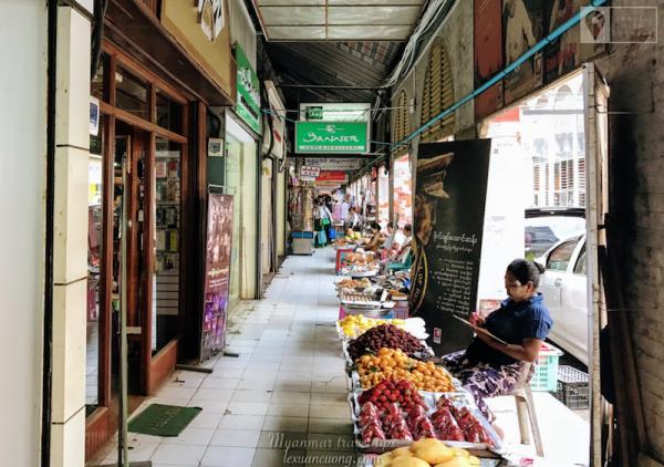 Chợ Bogyoke ở khu trung tâm Yangon. Nổi tiếng với đá quý và nhiều món quà lưu niệm.
