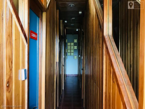 Hành lang giữa các phòng khá chât, ốp gỗ.