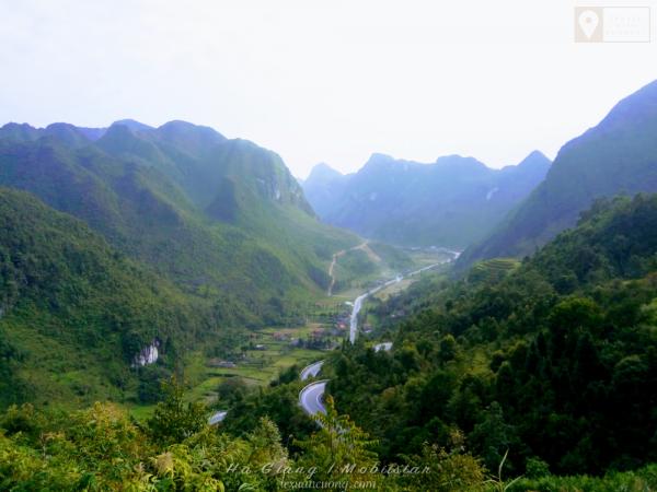 Con đường nhỏ nằm giữa thung lũng làm nên khung cảnh nên thơ ở Hà Giang.