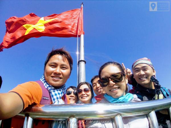 Selfie nhóm bằng Mobiistarl Zumbo S2 Dual... đủ thành viên & lá cờ khổng lồ nhé.