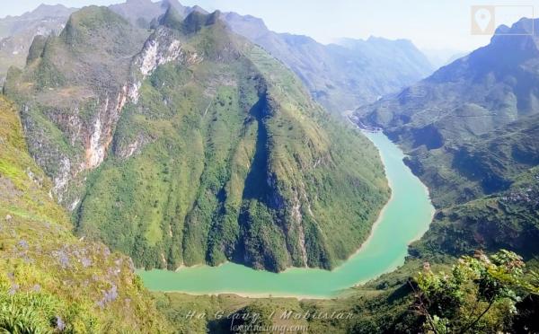 Sông Nho Quế xanh ngắt uống lượn dưới chân đèo Mã Pí Lèng.