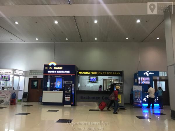 Các quầy đổi tiền & bán sim 3G ở sân bay Yangon, Myanmar.
