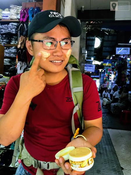 Bôi thử bột Thanakha giống phụ nữ Myanmar.