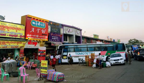 Bến xe bắt xe đi Bagan, ngoài JJ Bus thì còn có khá nhiều xe khác.