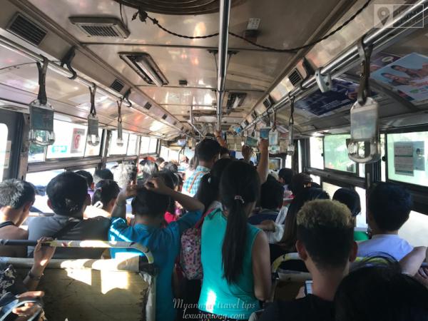 Xe bus địa phương ở Yangon là loại xe bus cũ kỹ, nóng nực nhưng có chi phí cực kỳ rẻ.
