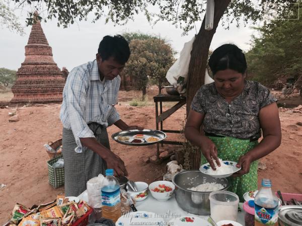 Món cơm của người Myamnar được bóp bằng tay, ăn kèm với thịt, rau...