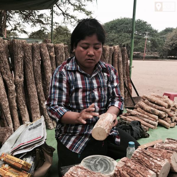 Bột Thanaka, loại bột thường được phụ nữ Myanmar sử dụng để bôi lên mặt giúp bảo vệ da dưới thời tiết nắng nóng.