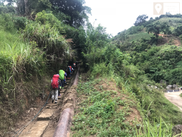 Đường trekking Ngọc Linh bắt đầu bằng việc đi qua những con đường dọc ruộng bậc thang.