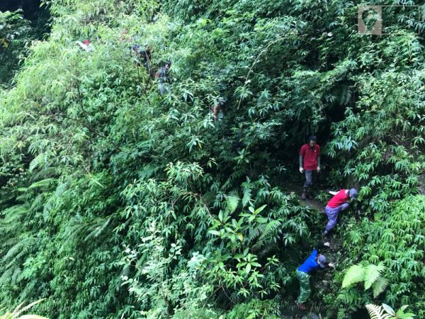 Vượt qua những vách núi cao đầy trơn trượt.
