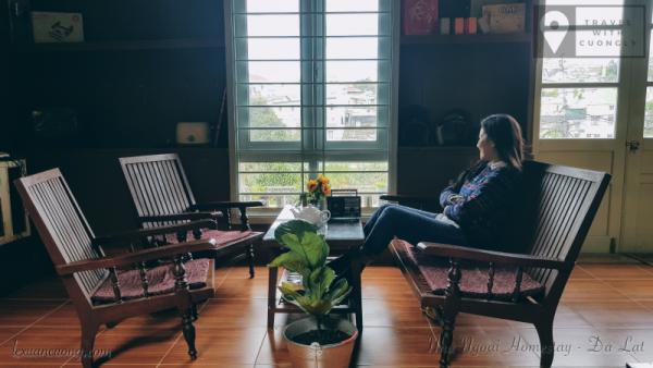 Bộ bàn ghế theo phong cách kiểu cổ ở Nhà Ngoại cũng được chủ nhân chịu khó tìm tòi mua về.