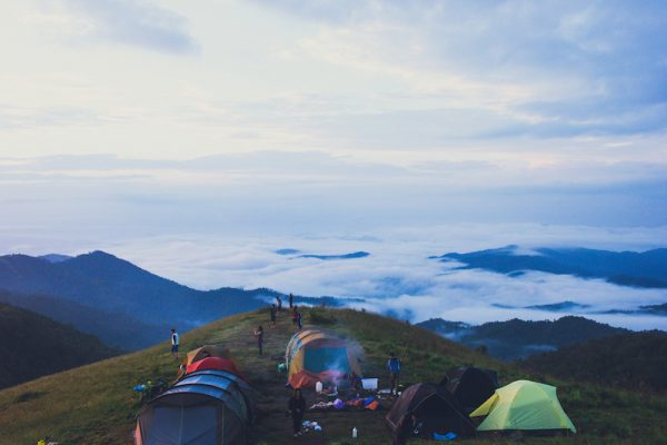 Điểm cắm trại trên đồi cao vào sáng sớm.