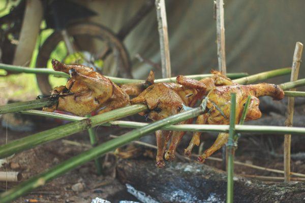 Bữa tối với BBQ, thịt nướng giữa rừng Tà Năng sau 1 ngày trekking mệt mỏi.