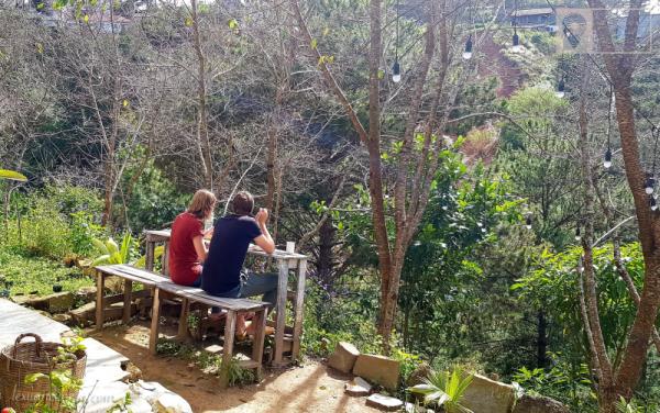 Bữa sáng của 2 bạn khách du lịch người Đức - tự mua đồ ăn, tự nấu, tự ngồi ăn ở khung cảnh đầy thiên nhiên của Vườn Nắng Ấm.