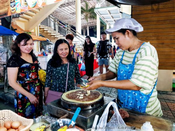 Chợ đêm ở Patong Beach, khá sầm uất và đông đúc.