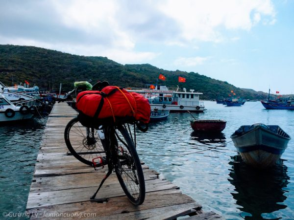 Bờ kè Vĩnh Hy - nơi đón tàu đi du lịch trên vịnh.