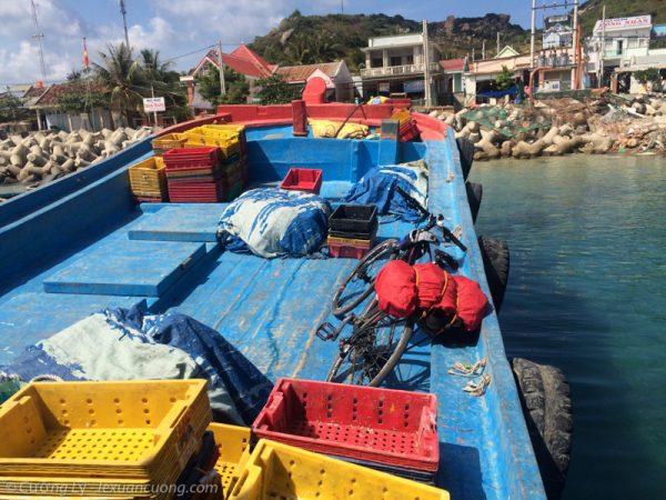 Lên tàu về cảng Ba Ngòi. Từ Bình Hưng sẽ mất khoảng 2 tiếng đồng hồ.