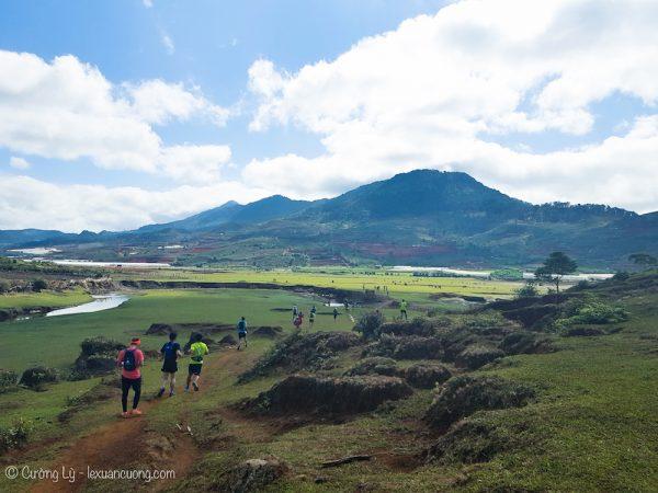 Phía dưới là khu vực bãi cỏ rộng lớn, nằm trên đường chạy của Dalat Ultra Trail năm nay.
