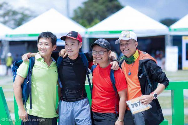 Vài anh em dân trekking, cũng lấn sân chạy bộ.