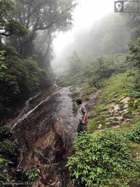 Thác trên đường leo núi Tả Liên Sơn. Đây gần như là điểm lấy nước duy nhất trên đường lên đỉnh - trừ 1 số suối nhỏ gần các chỗ cắm trại chỉ porter mới biết!