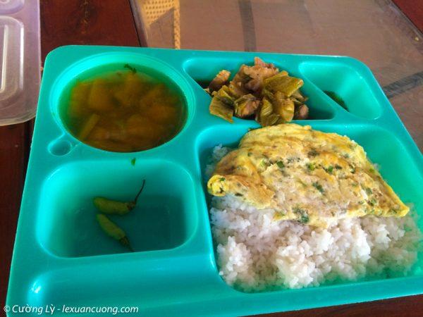 Cơm trưa được người nhà đứa bạn chuẩn bị... nhiều khi thấy mình thật may mắn!