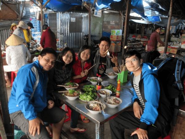 Ăn sáng ở Chợ Vạn Ninh để lấy sức cho 1 ngày dài mệt mỏi.