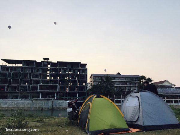 Ngủ lều ở bờ Nam Song, thị trấn Vang Viêng, Lào