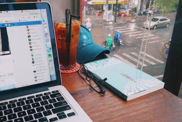 Làm việc tại quán cafe dường như là thói quen suốt 1 thời gian dài.