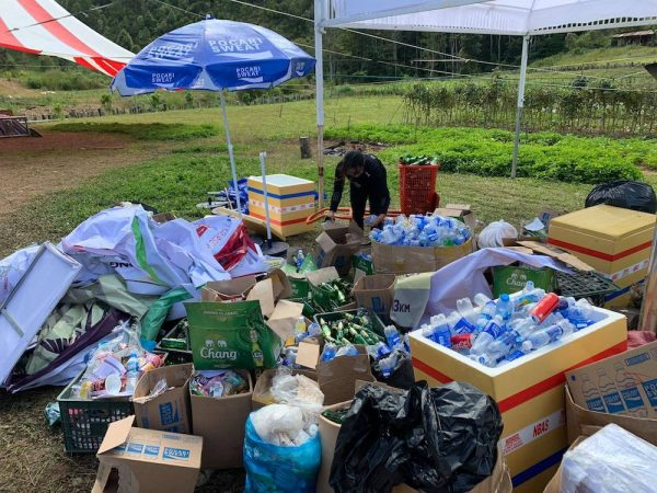 Ban tổ chức giải LaAn ultra trail gom rác