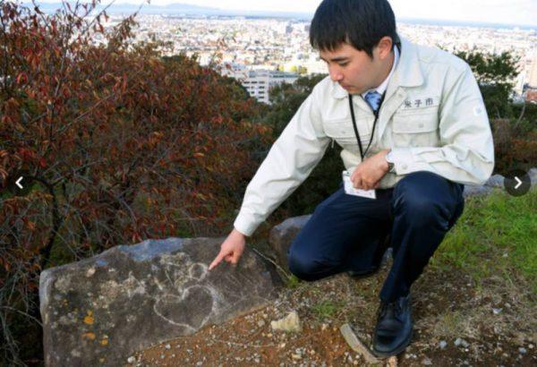 Khách du lịch Việt Nam viết tên lên hòn đá thiêng ở Nhật