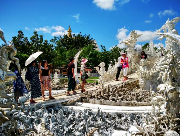 """Cây cầu """"chu kỳ tái sinh"""" ở đền trắm Wát Rong Khun, Chiang Mai."""