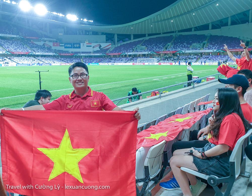 xem bong da uae tuyen viet nam 10 2 - Ký sự 30h: Đến UAE cổ vũ tuyển Việt Nam, 18 giờ bay và 90 phút cháy hết mình!