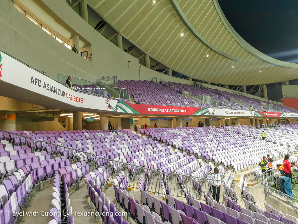 Sân vận động với cơ sở vật chất đẹp, hiện đại, màu tím mộng mơ