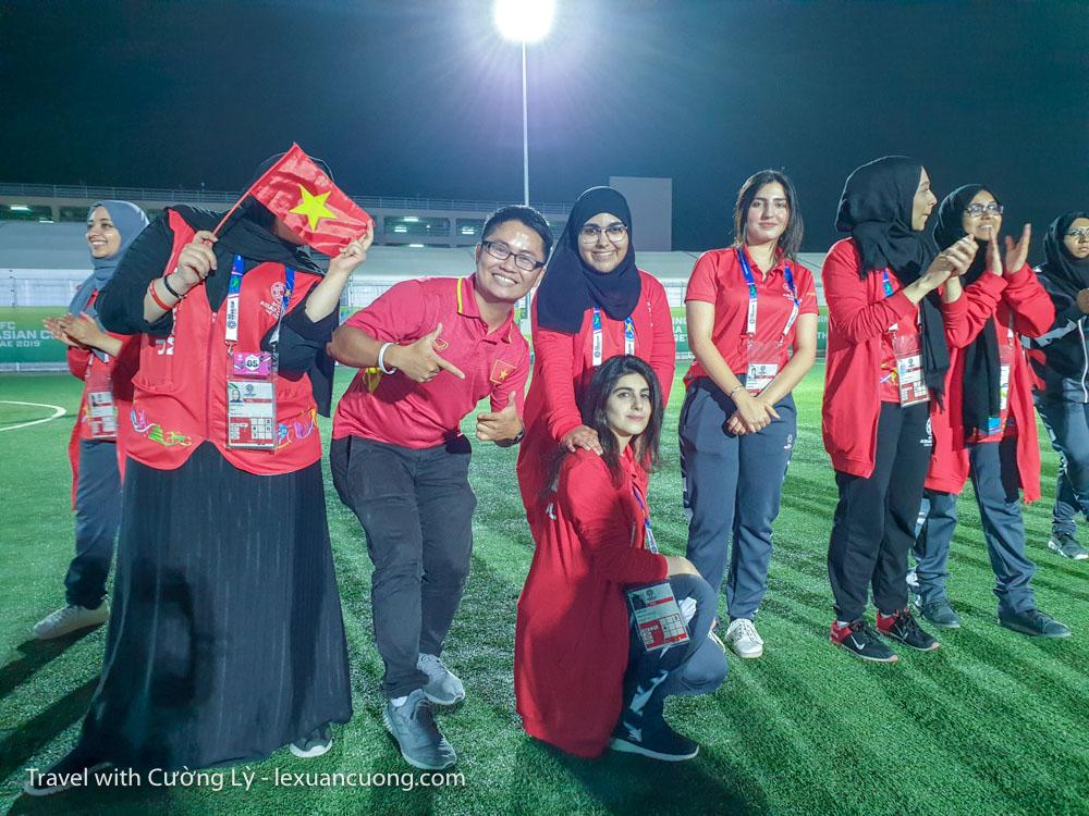 Và khi ra về, các bạn trẻ TNV người UAE đứng vỗ tay chúc mừng & tiễn các CDV Việt Nam, 1 hình ảnh rất đẹp & đáng nhớ.