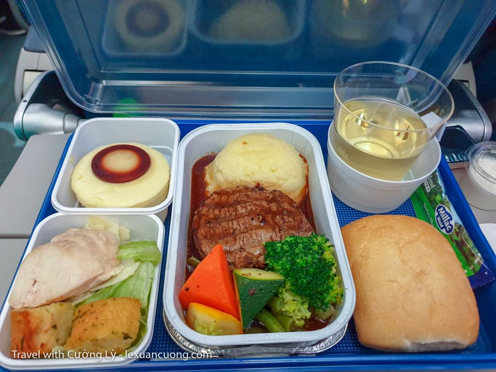 Khẩu phần ăn trên máy bay Vietnam Airline, bò ngon quá luôn!
