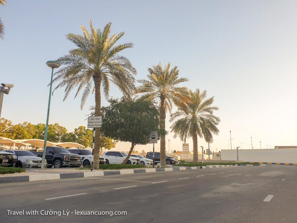 Quang cảnh ở sân bay AL AIn, cứ như sân bay ở Buôn Ma Thuột, vắng vẻ kinh hồn.