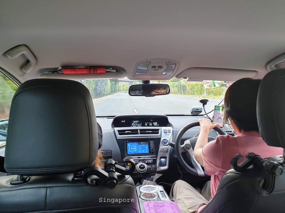 Mình đặt luôn taxi đưa đón ở sân bay cho tiện, cô lái xe mặc dù đợi lâu nhưng cũng không complain gì lắm.
