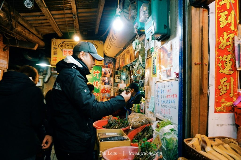 The night market in Fenchihu, closed very soon, remember to be your opponent.