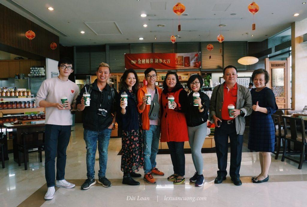 Tạm biệt cô Tống sau những chia sẻ thú vị và thưởng thức trà sữa Ten Ren.