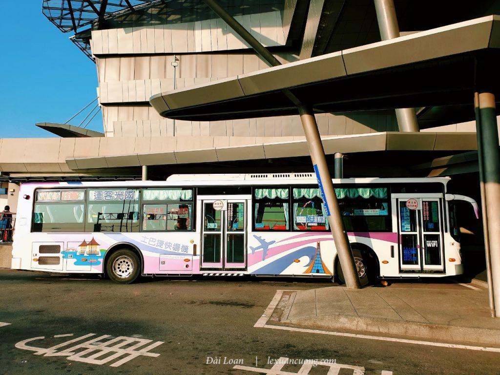 Bắt xe bus từ sân bay Đài Trung về khách sạn, nhớ sử dụng google maps để được hướng dẫn