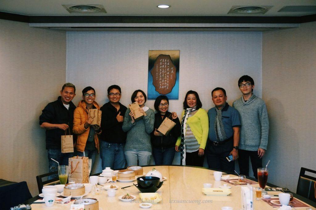 Nhận quà từ Ten Ren Đài Loan trước khi về Việt Nam.