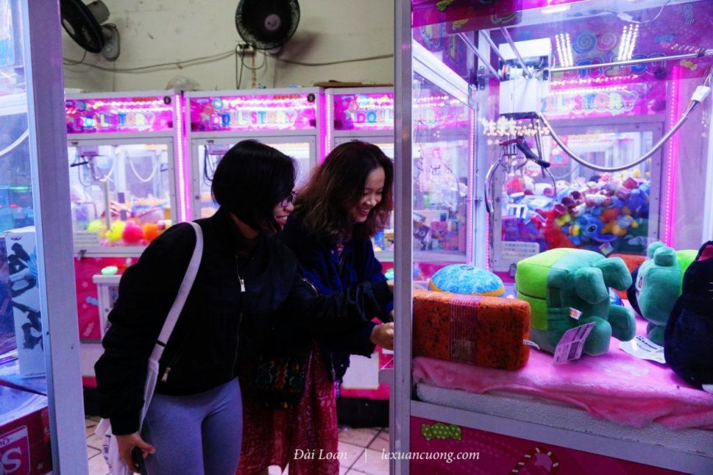 """Chơi game """"gắp thú"""", trò chơi xuất hiện khắp các con phố ở Đài Loan."""