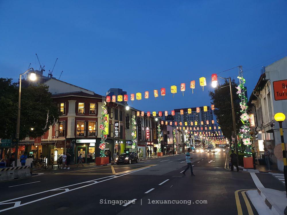 Trước mặt hostel này là con đường chính dẫn đến Chinatown