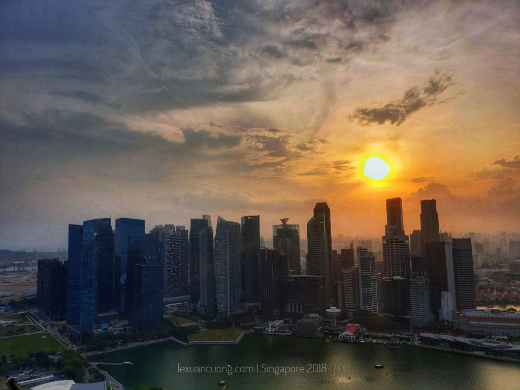 Mặt trời lặn dần phía sau khu nhà cao tầng.