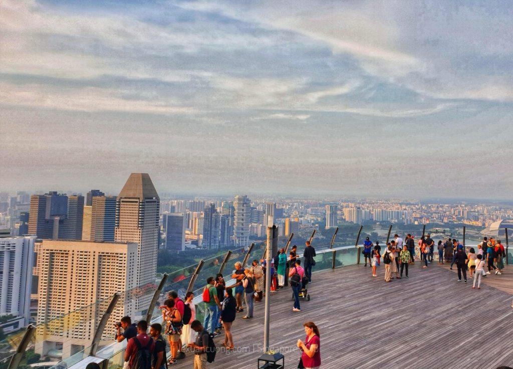 Khách du lịch ngắm nhìn từ tầng cao nhất của tòa nhà.