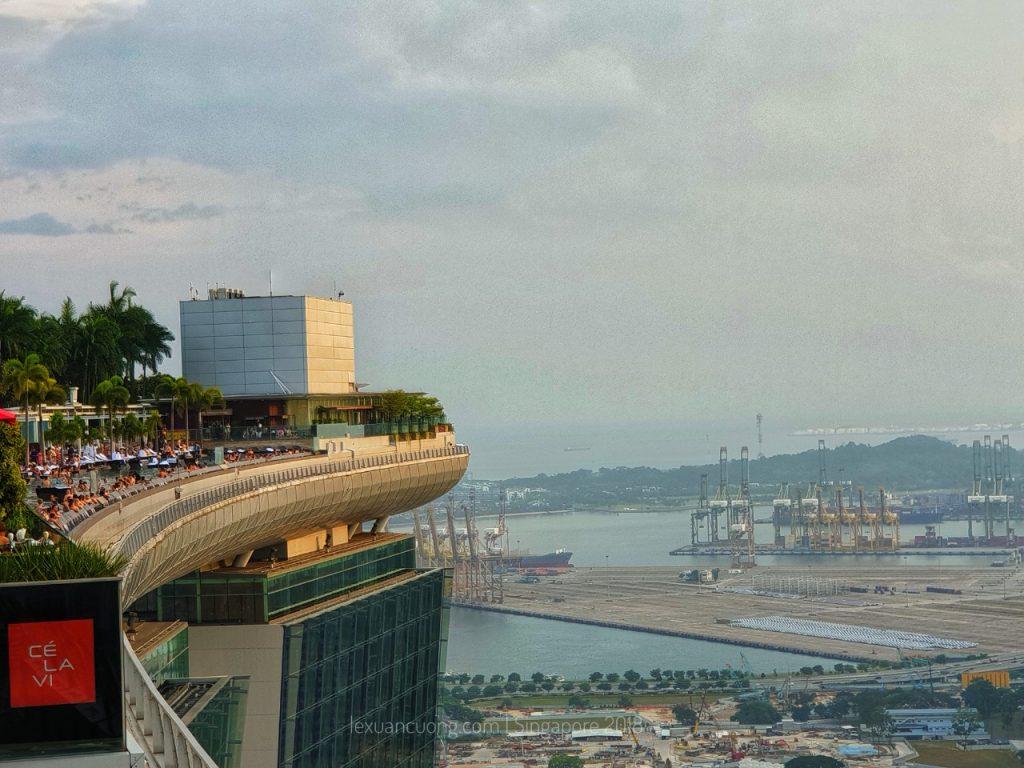 Phía đuôi của con tàu là hồ bơi vô cực cao nhất Singapore