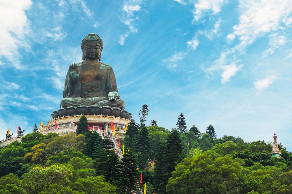Tượng Đức Phật ngự trị trên núi cao.