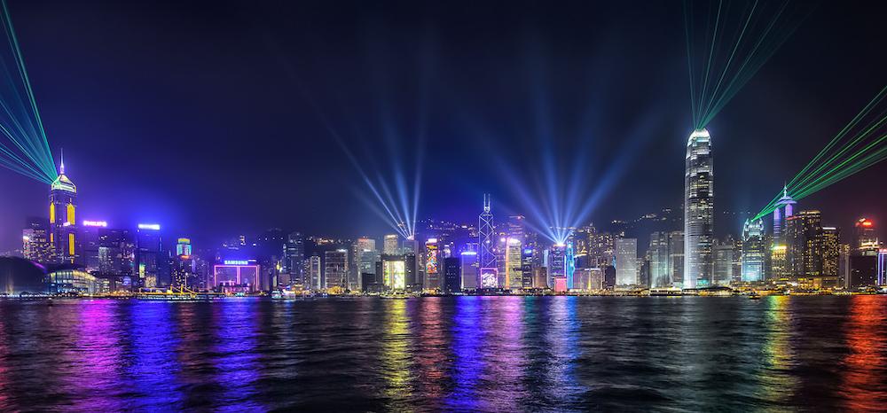 Symphony of Lights – vũ điệu ánh sáng trên các tòa nhà chọc trời ở bến cảng Victoria.