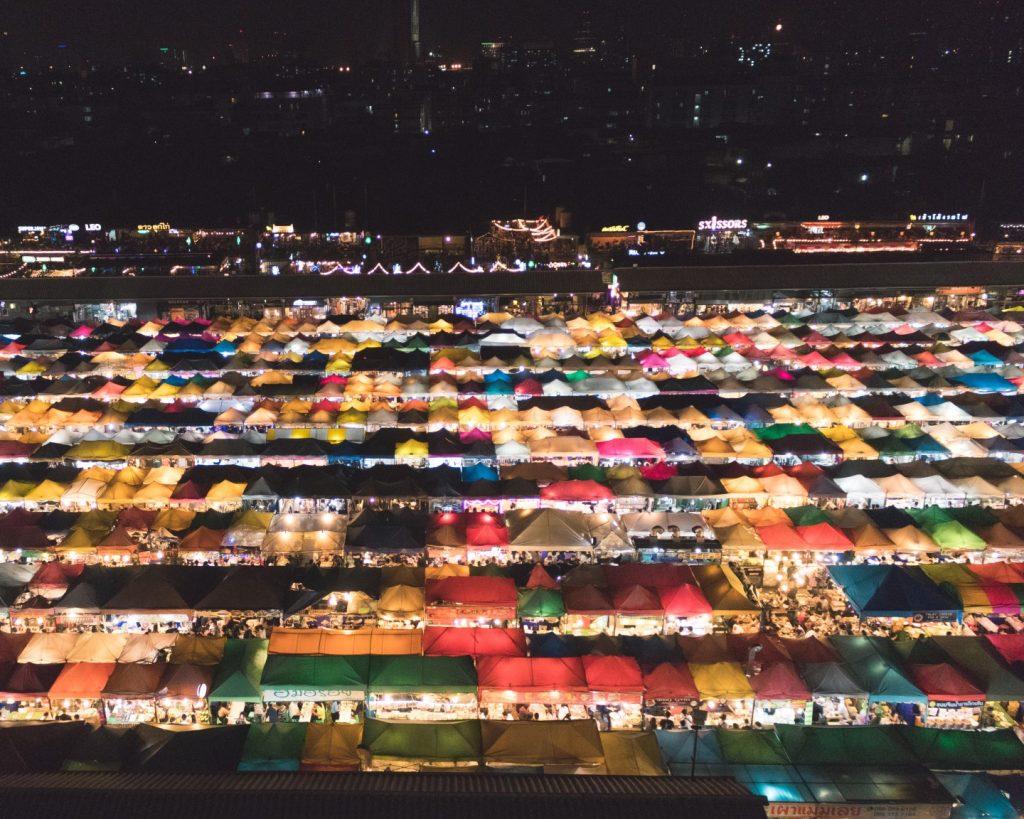 Quy mô hoành tráng và sự đa dạng của chợ đêm Rot Fai @lolapantravels